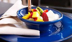Manger dans une assiette bleue coupe la faim
